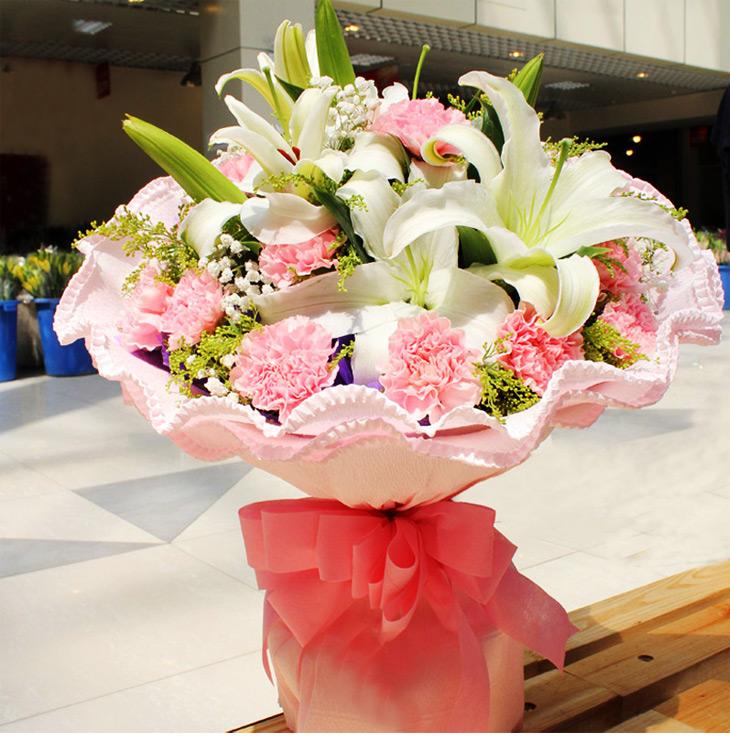 材: 11枝粉康乃馨 2枝白色多头香水百合搭配黄莺、满天星   鲜花枝数